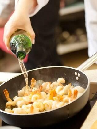 colocando vinho na comida