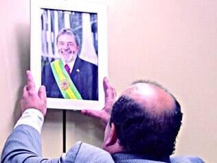 Ídolo. Após ler a carta, Santana colocou na parede um quadro de Lula de quando ele era presidente