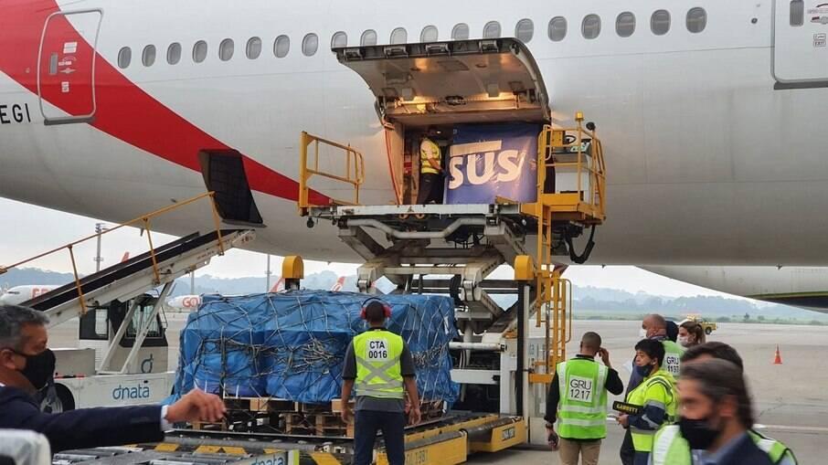 Voo que veio da Índia trouxe 2 milhões de vacinas de Oxford e chegou por volta das 17h30 no Aeroporto Internacional de São Paulo, em Guarulhos