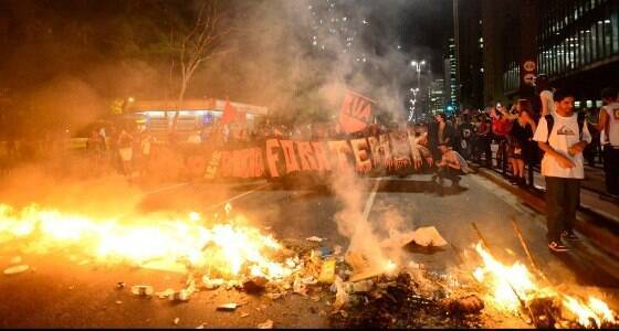 PM e manifestantes entram em confronto