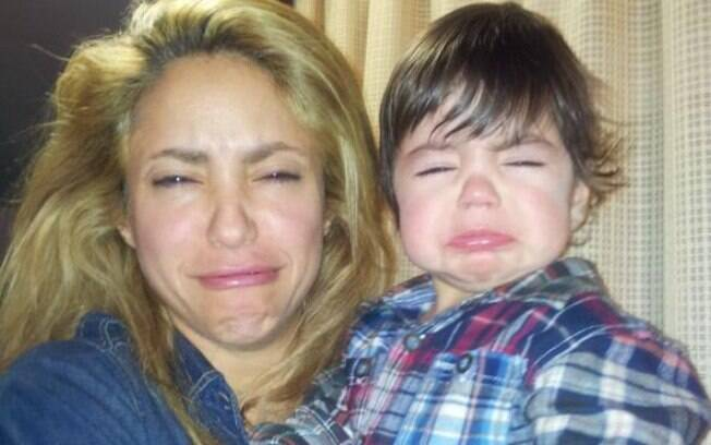 Shakira imita carinha de choro do filho, Milan