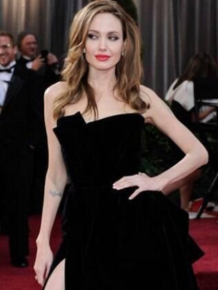 Cabelos com ondas e volume, boca vermelha, olhos esfumados: Angelina Jolie é o retrato do sexy!