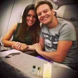 Michel Teló publica imagem no avião ao lado da namorada, Thaís Fersoza