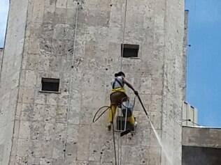 Moradores e trabalhadores do bairro se revoltaram com o descaso do edifício
