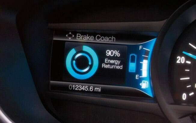 Por meio do computador de bordo é possível acessar uma série de informações úteis sobre  o carro, como a autonomia