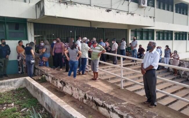 De acordo com eleitores, a maioria idosos, muitas pessoas chegaram ao local às 6h, esperando votar às 7h