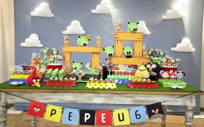 Do game para a decoração da mesa da festa de aniversário, os personagens e os cenários de Angry Birds têm sido muito pedidos