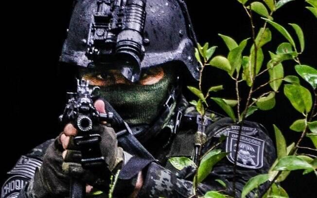 Policial do COE em posição de tiro
