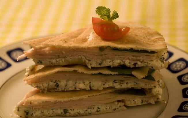 Clique na foto e aprenda a fazer um sanduíche ligth de peito de peru e ricota