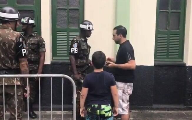 Eleitor é revistado no colégio eleitoral de Jair Bolsonaro, onde a segurança foi reforçada neste segundo turno