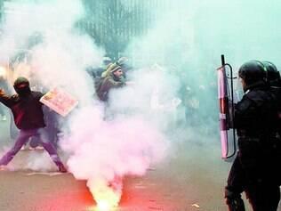 Bombas. Manifestantes e policiais entraram em confronto ontem durante a manifestação em Milão