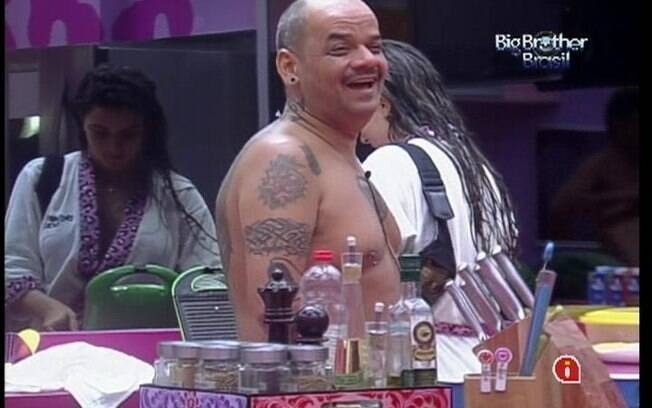 João Carvalho ri da brincadeira de Laisa