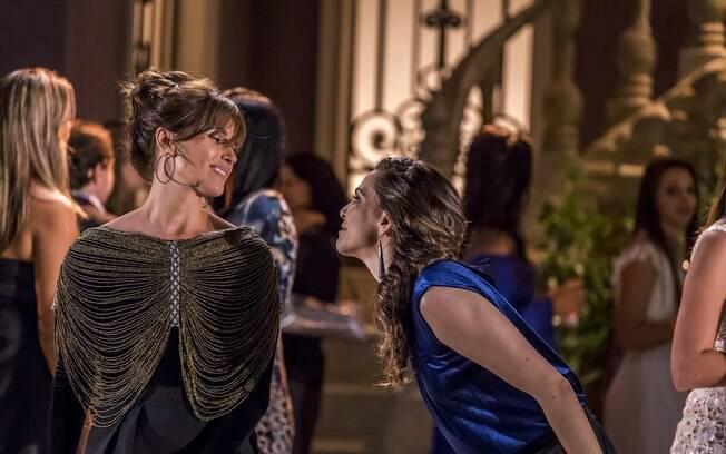 Personagem de Giovanna Antonelli com maxicolar em cena de 'Em Família'