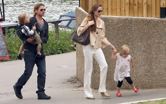 Brad Pitt com Knox no colo e Angelina de mãos dadas com Vivienne