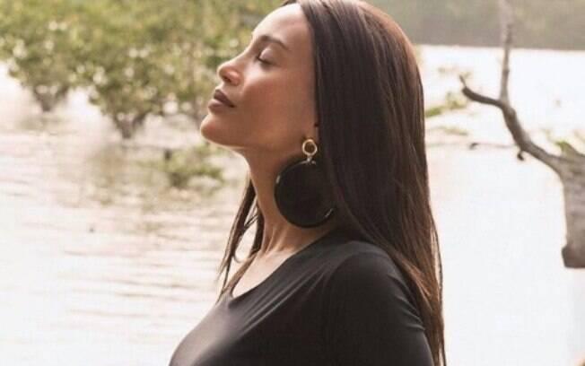 Taís Araújo divulga clique sensual de biquíni. Atriz é a capa da noca edição da Revista Wow