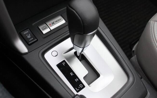 Nunca faça reduções exageradas e, se o câmbio for automático, pode deixar o Drive com o carro parado, com o motor ligado
