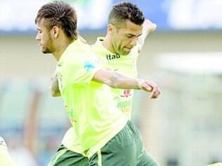 Parças.  Neymar e Daniel Alves durante treino da seleção brasileira antes do amistoso contra o Panamá, em Goiânia