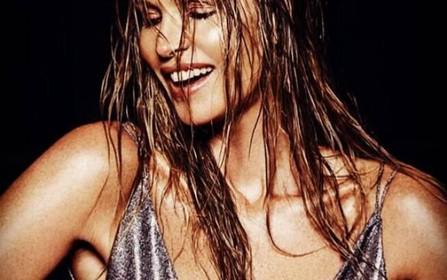 Elle Macpherson exibe um corpo escultural e personal da super modelo dá dicas de como emagrecer