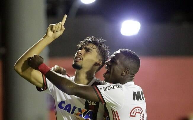 Paquetá comemora gol do Flamengo sobre o Vitória