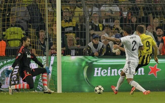 Lewandowski se protege de tentativa de  desarme de Varane e marca o segundo gol do  Dortmund