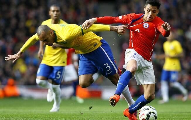 Miranda perde a bola e é obrigado a parar Sánchez com falta. O brasileiro levou cartão amarelo por esse lance. Foto: AP Photo/Kirsty Wigglesworth