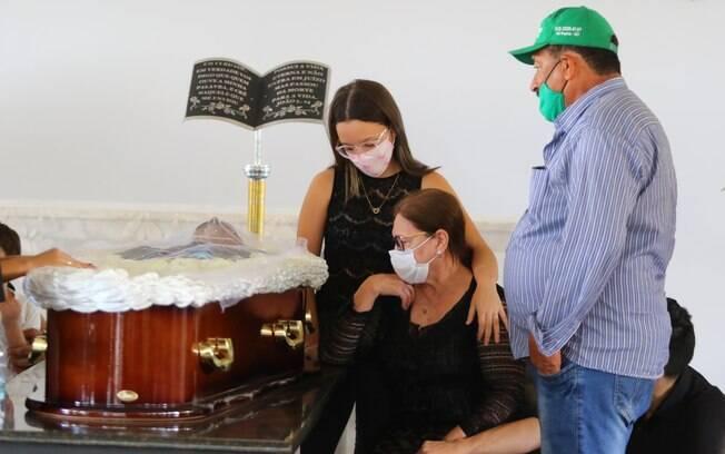 Dona Helena ao lado do caixão do marido