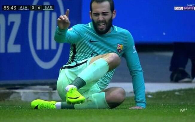 Aleix Vidal sofreu a lesão no tornozelo nos instantes finais da vitória do Barcelona sobre o Alavés