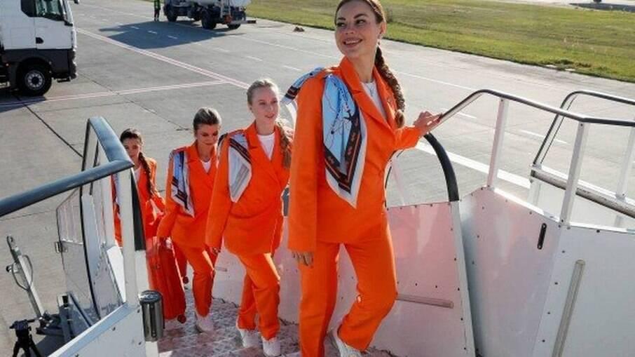 Comissárias de empresa polonesa de aviação podem passar a escolher tênis e calça como dress code