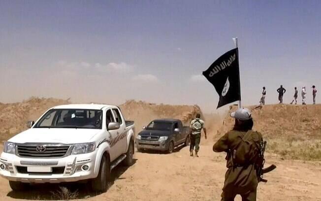 Imagem publicada por militantes no Twitter mostra combatentes do Estado Islâmico do Iraque e do Levante em local na fronteira entre o Iraque e a Síria (12/6)