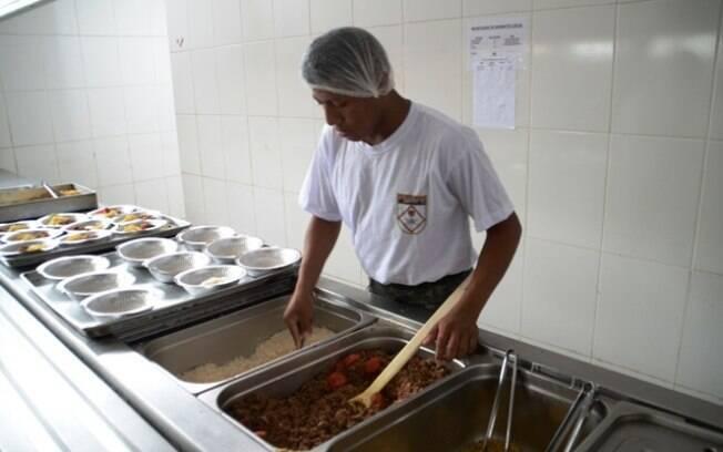 Homens das Forças Armadas fazem milhares de refeições para venezuelanos que vivem em abrigos