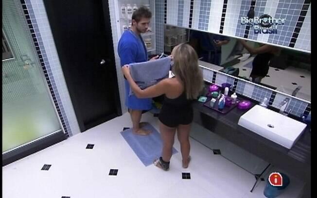 Jonas e Fabiana batem papo no banheiro