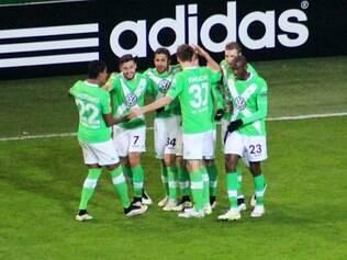 Jogadores da equipe alemã celebram boa vitória no jogo de ida da Liga Europa