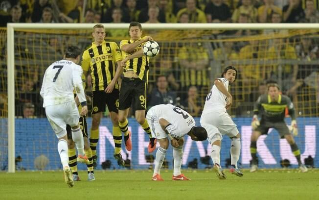Cristiano Ronaldo cobra falta em direção ao  gol rival
