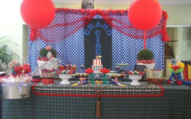 Uma variação da decoração com o tema circo, um dos mais populares desde sempre: grandes balões e cores mais discretas