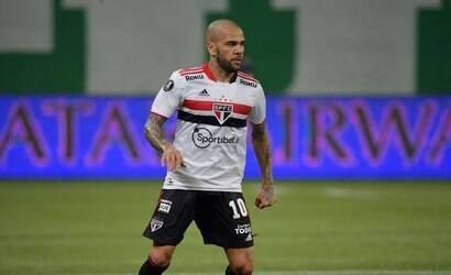 Fora do São Paulo, Daniel Alves reduz salário para jogar no Fla