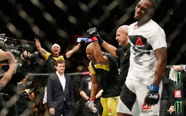 Anderson Silva agradeceu apoio dos fãs após vitória na luta contra Derek Brunson, no UFC 208