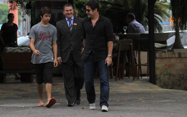 Murilo Benício e o filho mais velho, Antônio, deixam um restaurante na Barra da Tijuca, no Rio