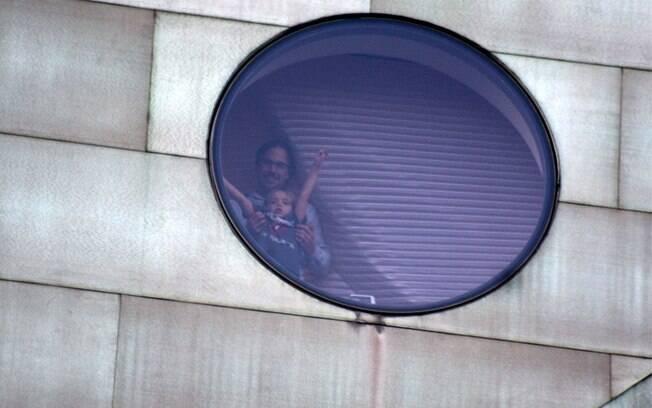 Jayden James e o namorado de sua mãe aparecem na janela do hotel