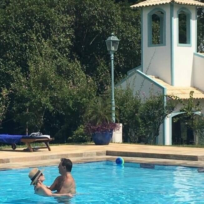Ana Maria aparece na piscina coladinha com o namorado