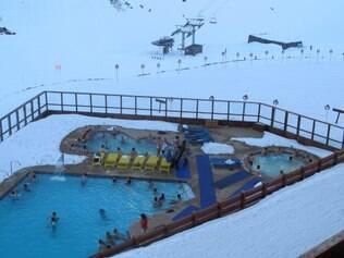 Piscina aquecida e jacuzzis em meio à neve são prazerosas atividades après-ski na pioneira estação de Portillo