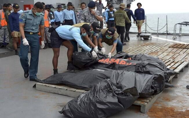 Buscas por corpos e caixa-preta do avião da AirAsia são dificultadas pelo tempo (03/01)