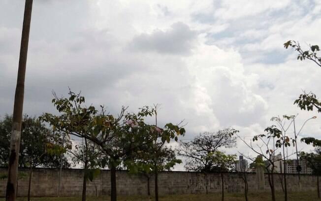 Semana comea com tempo nublado e previso de chuva
