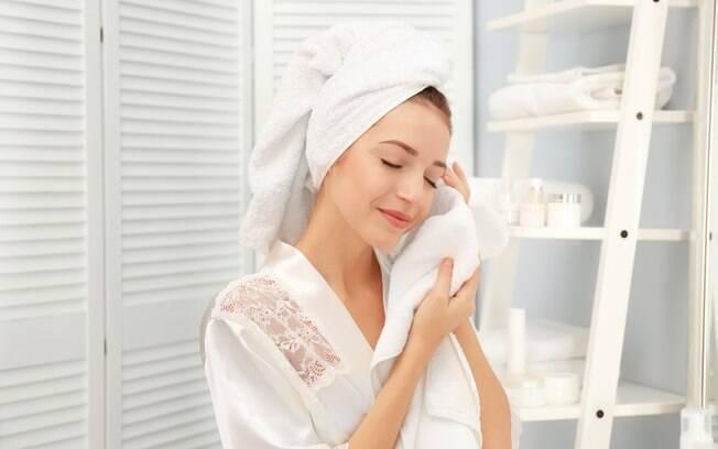Criar uma rotina de beleza e manter hábitos de cuidados com a pele podem ajudar a manter a beleza e saúde em dia