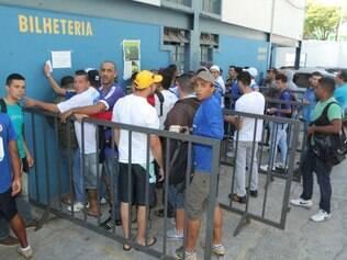 ESPORTES BH MG: FILA PARA VENDA DE INGRESSOS PARA O JOGO ENTRE CRUZEIRO E GOIAS.  FOTOS: DENILTON DIAS / O TEMPO / 20.11.2014