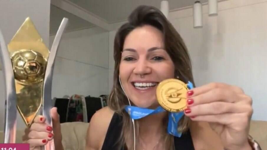 Gabi Zanotti com o troféu e a medalha do Brasileirão Feminino