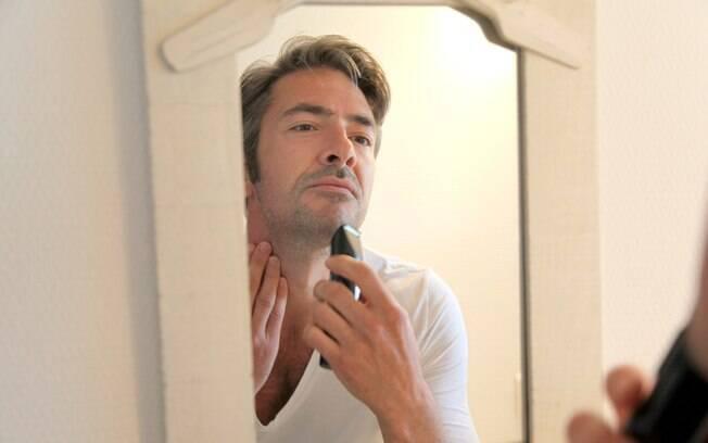 Na hora de se barbear, o faça com bastante higiene e cuidado, já que o ato retira a proteção natural da pele, que são os pelos