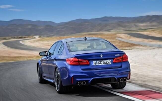 Com mais potência, a tração nas quatro rodas ajuda a manter a boa estabilidade nas curvas ao volante do BMW M5