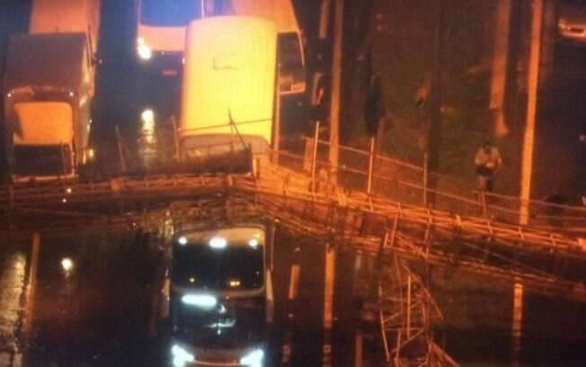 Estrutura atingiu pelo menos quatro veículos
