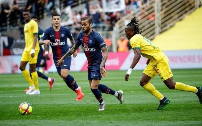 Daniel Alves marcou o primeiro gol do PSG na derrota para o Nantes