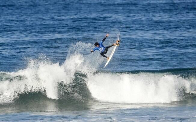 Campeão das triagens, Yago Dora vai enfrentar o atual campeão mundial de surfe, John John Florence, na terceira fase